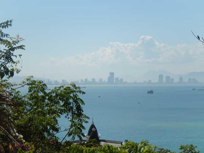 考察团还游览了珍珠岛游乐园,龙山寺,占婆塔,芽庄大教堂,五指岩等景点